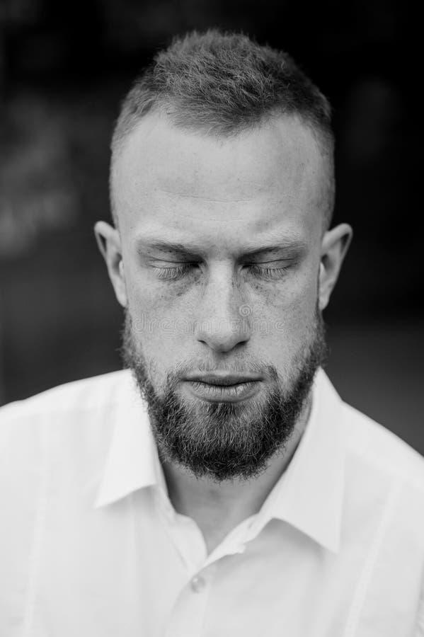 Портрет молодого красного человека с закрытыми глазами, бороды волос черно-белой стоковые изображения