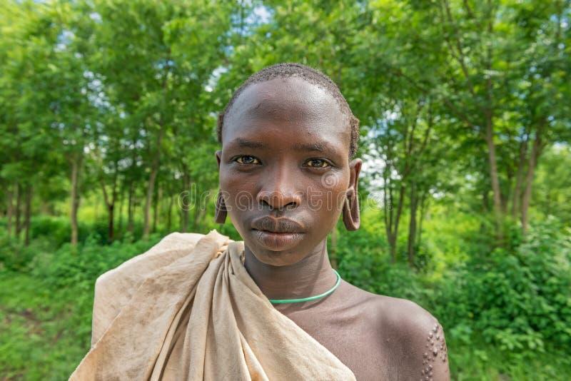Портрет молодого мальчика от африканского племени Suri стоковая фотография rf