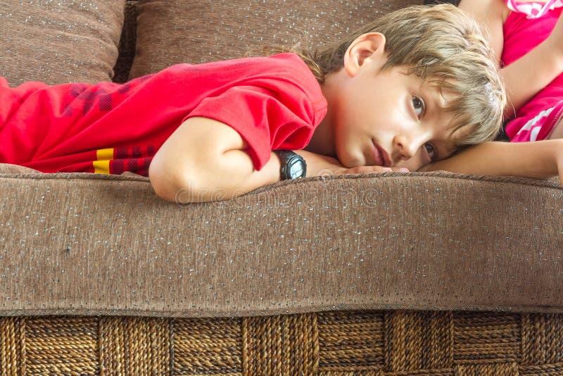 Портрет молодого мальчика смотря ТВ дома стоковая фотография