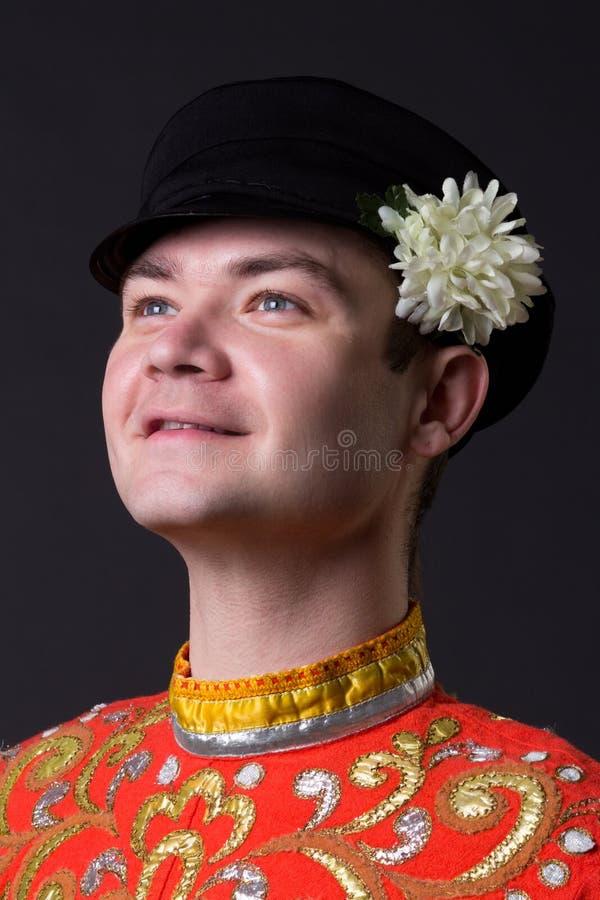 Портрет молодого парня нося фольклорный русский костюм стоковое изображение