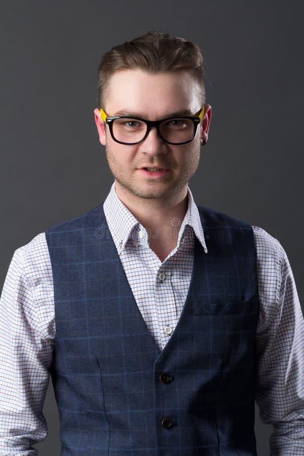 Портрет молодого привлекательного парня стоковая фотография