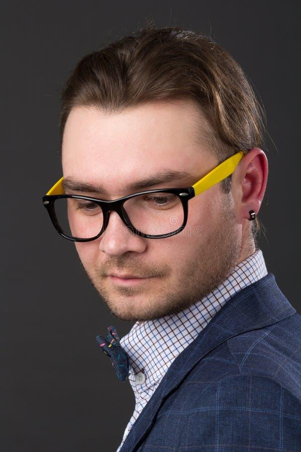 Портрет молодого привлекательного парня стоковые изображения