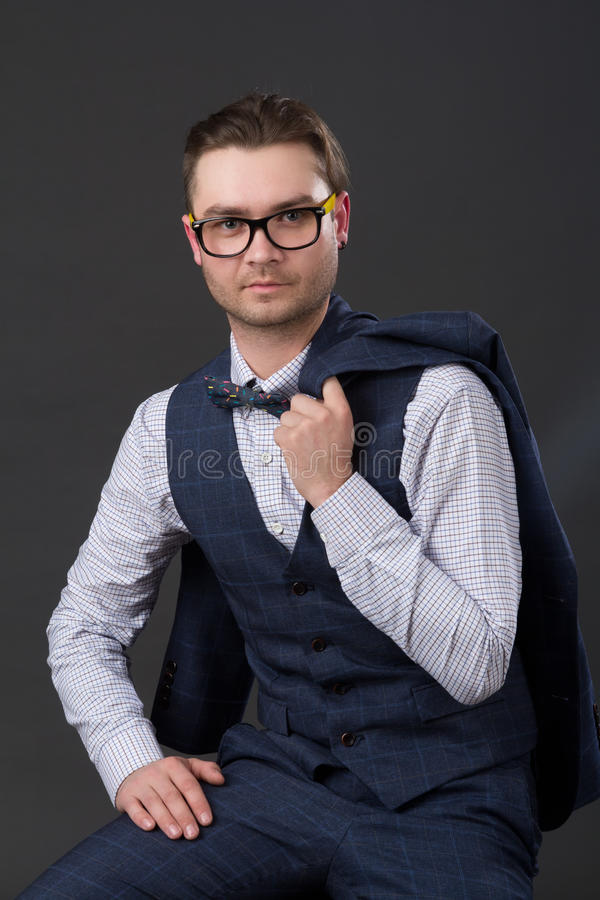 Портрет молодого успешного бизнесмена сидя на стуле стоковая фотография