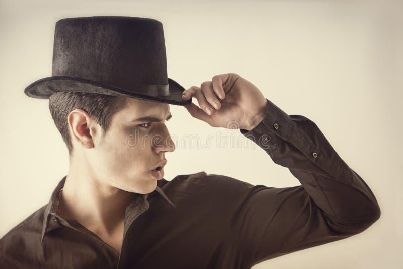 Портрет молодого человека вампира с черной рубашкой и верхней шляпой стоковые изображения rf