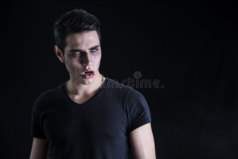 Портрет молодого человека вампира с черной футболкой стоковые фото