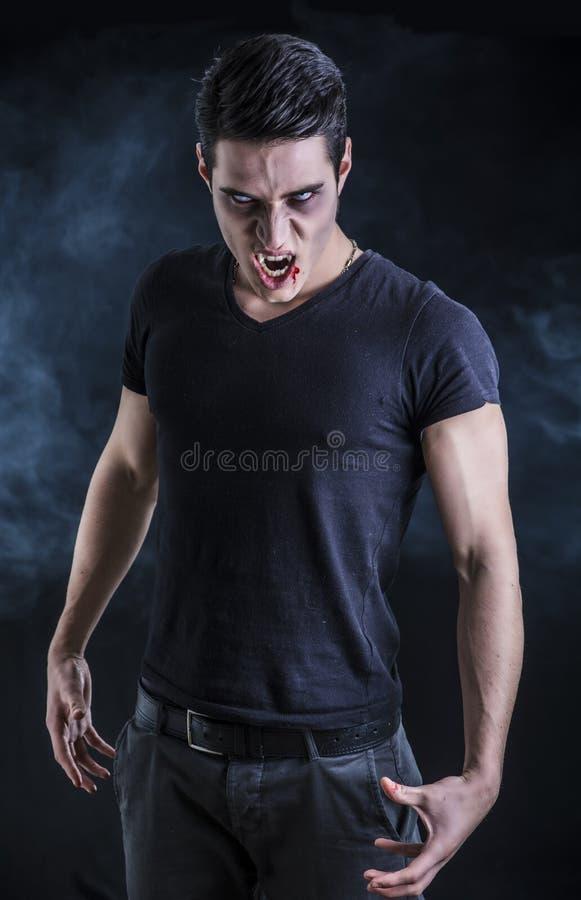 Портрет молодого человека вампира с черной футболкой стоковая фотография