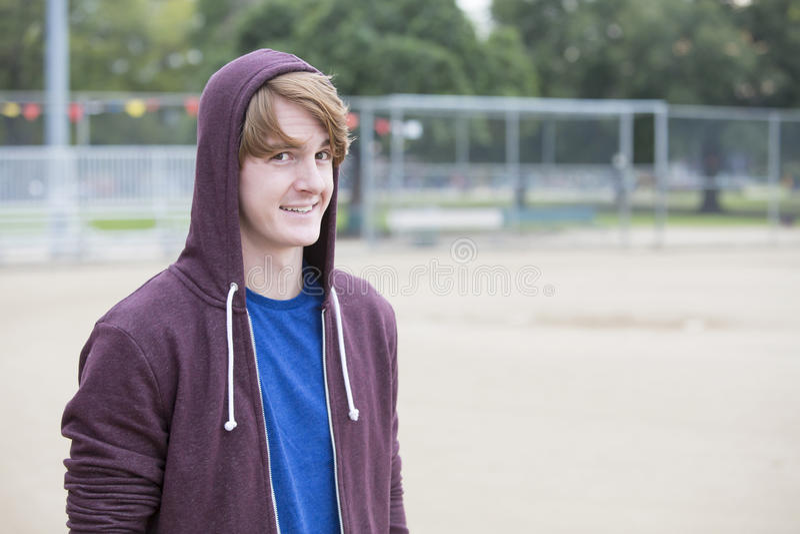 Портрет молодого человека в hoodie стоковые фотографии rf