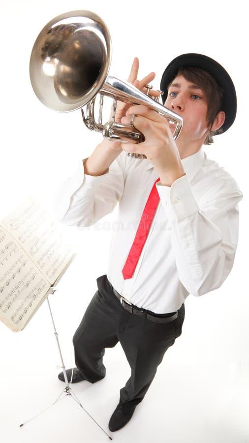 Портрет молодого человека играя его труба стоковые изображения