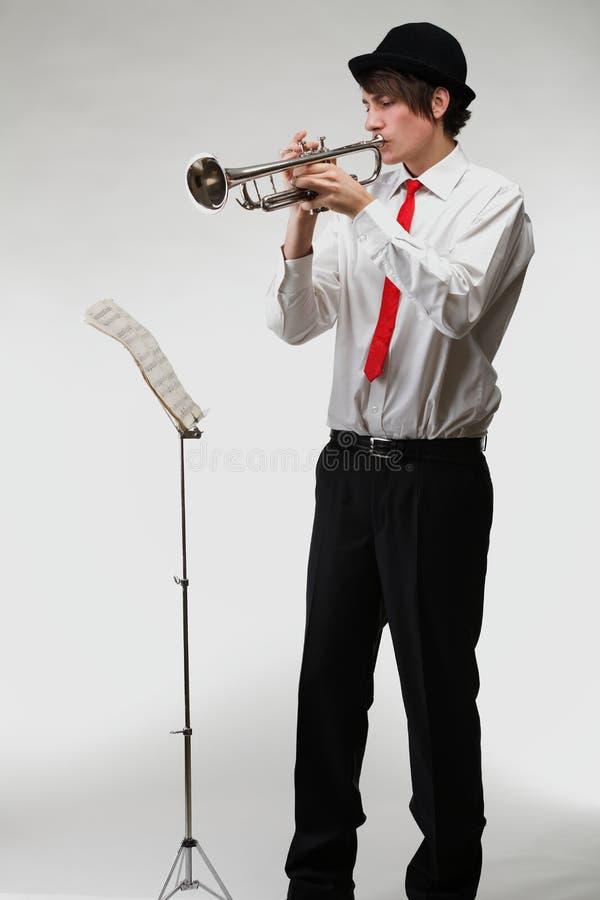 Портрет молодого человека играя его труба стоковое фото rf