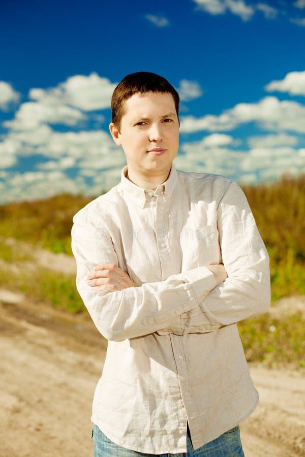Портрет молодого человека снаружи стоковое изображение rf