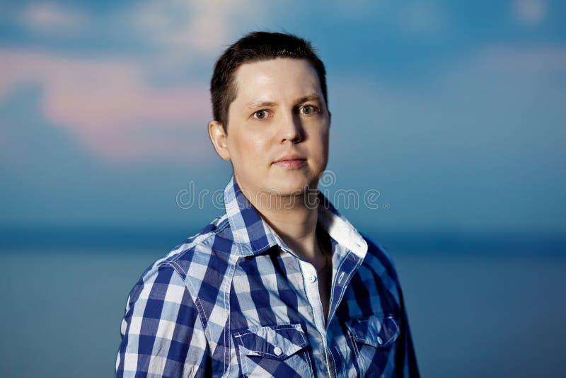 Портрет молодого человека снаружи стоковые фото