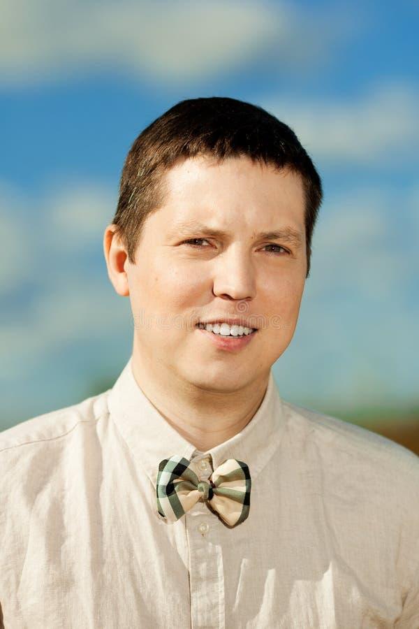 Портрет молодого человека снаружи стоковое фото