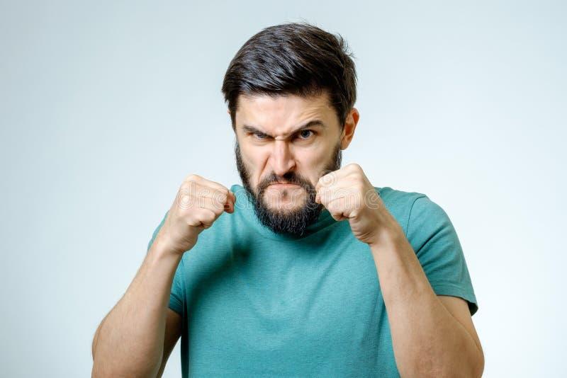 Портрет молодого человека стоя в положении боксера стоковые изображения rf