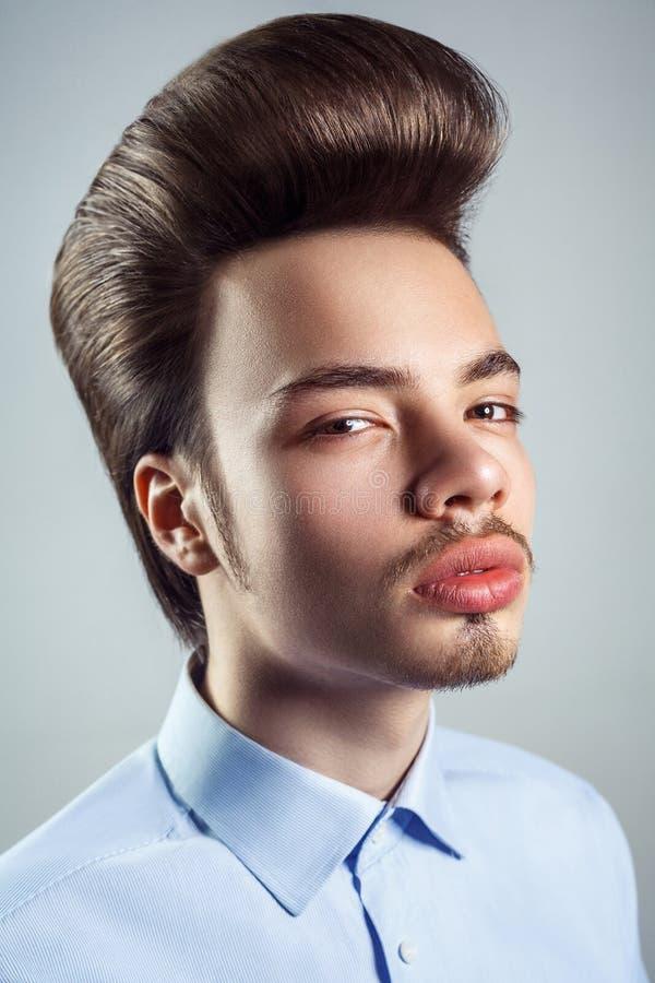 Портрет молодого человека с ретро классическим стилем причёсок pompadour стоковые фото