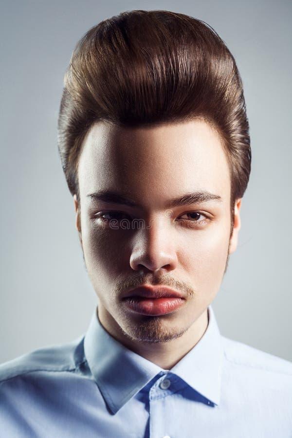 Портрет молодого человека с ретро классическим стилем причёсок pompadour стоковое изображение rf