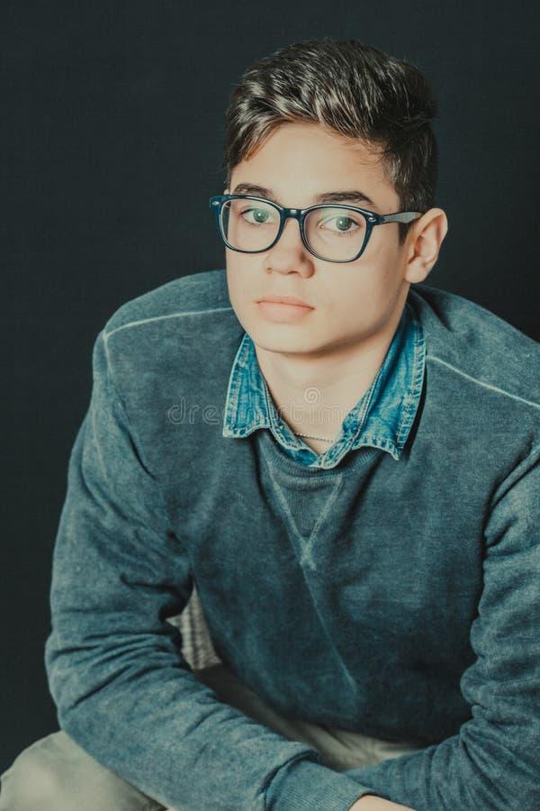 портрет молодого человека с eyeglasses стоковое фото rf