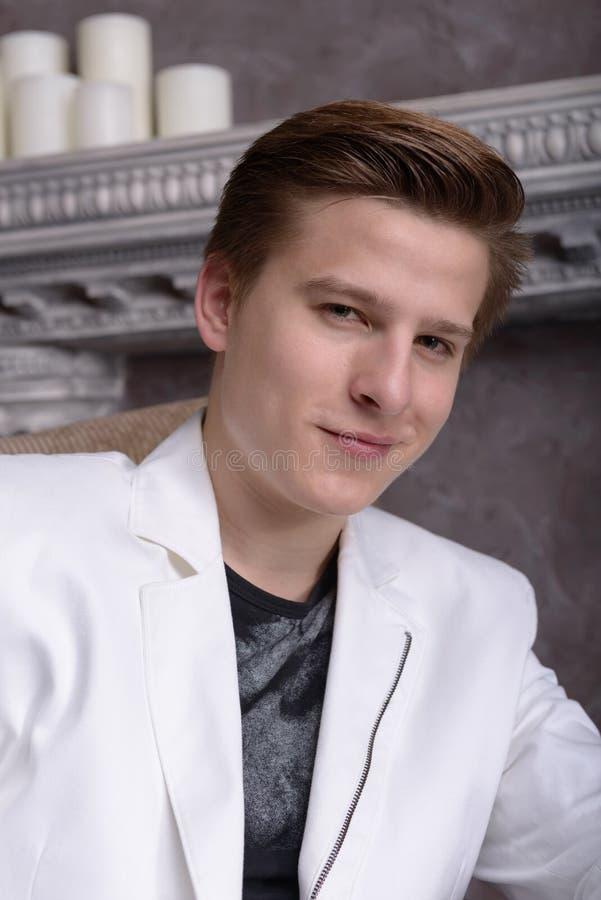 Download Портрет молодого человека стоковое изображение. изображение насчитывающей человек - 41651097