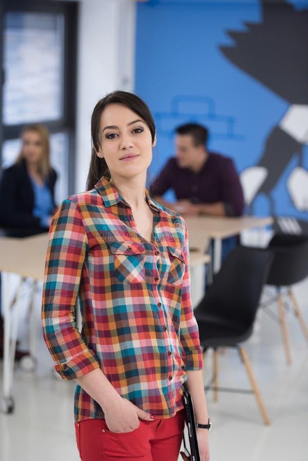 Портрет молодой бизнес-леди на офисе с командой в backgrou стоковая фотография rf