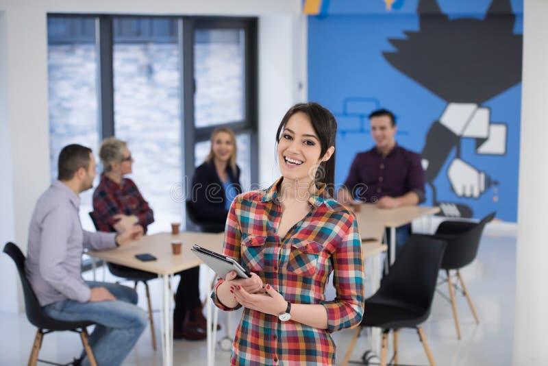 Портрет молодой бизнес-леди на офисе с командой в backgrou стоковое изображение rf