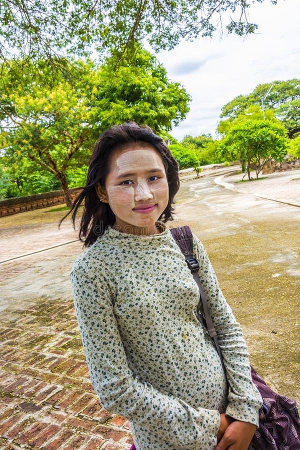 Портрет молодой бирманской женщины с типичной стороной составляет стоковые фотографии rf