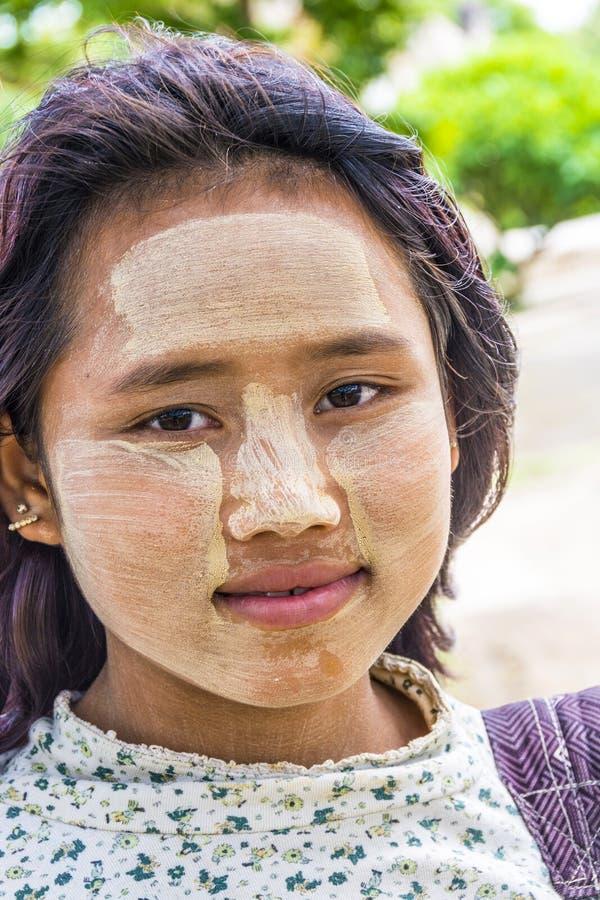 Портрет молодой бирманской женщины с типичной стороной составляет стоковое изображение rf