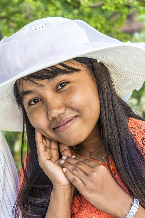 Портрет молодой бирманской современной женщины с sunhat стоковая фотография