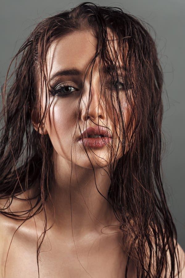 Портрет молодой девушки красоты с толстенькими губами и совершенным tann стоковая фотография rf