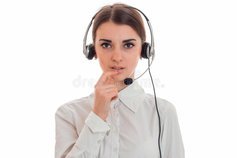 Портрет молодой девушки работника центра телефонного обслуживания красоты с наушниками и представлять микрофона изолированной на  стоковое фото