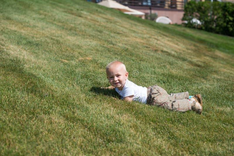 Портрет молодой лежать мальчика стоковое фото rf