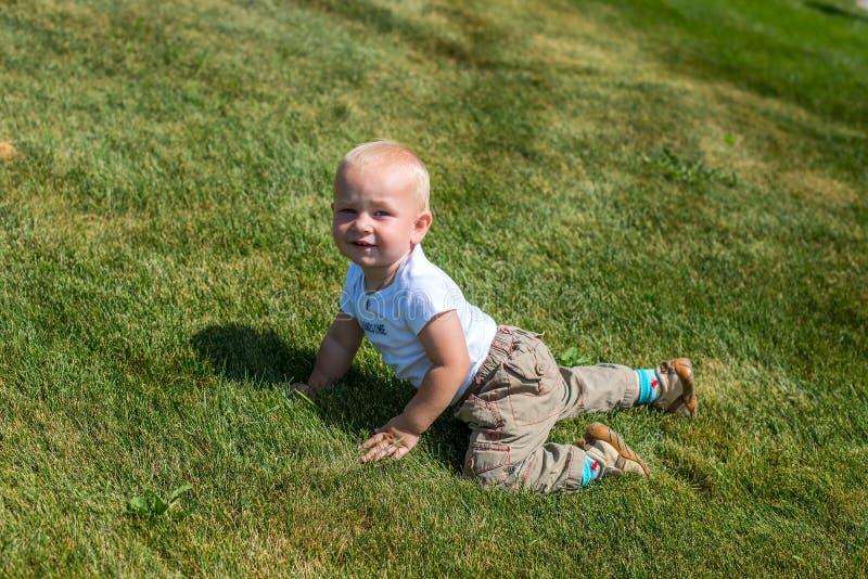 Портрет молодой лежать мальчика стоковые изображения rf
