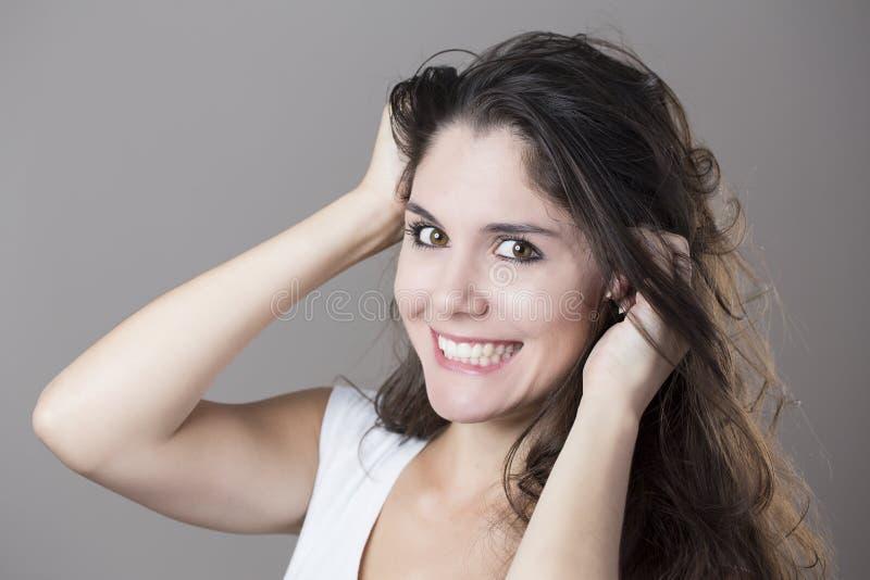Портрет молодой женщины брюнет делая стороны с различным e стоковое изображение rf