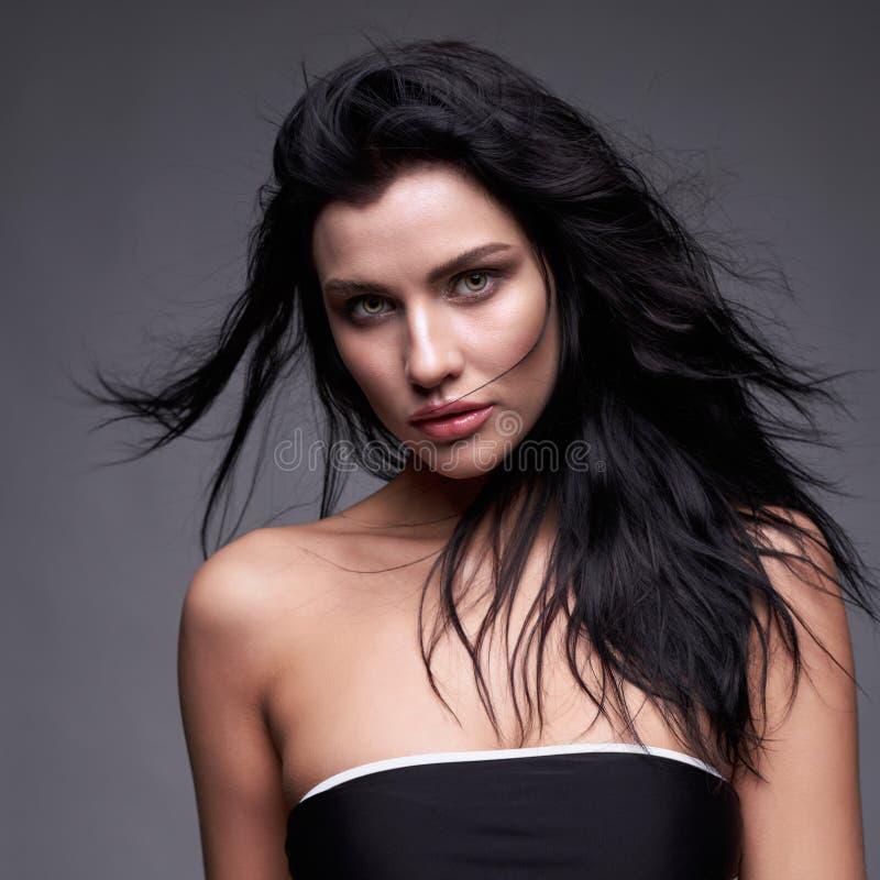Портрет молодой женщины брюнет с длинным черным течь hai стоковая фотография rf