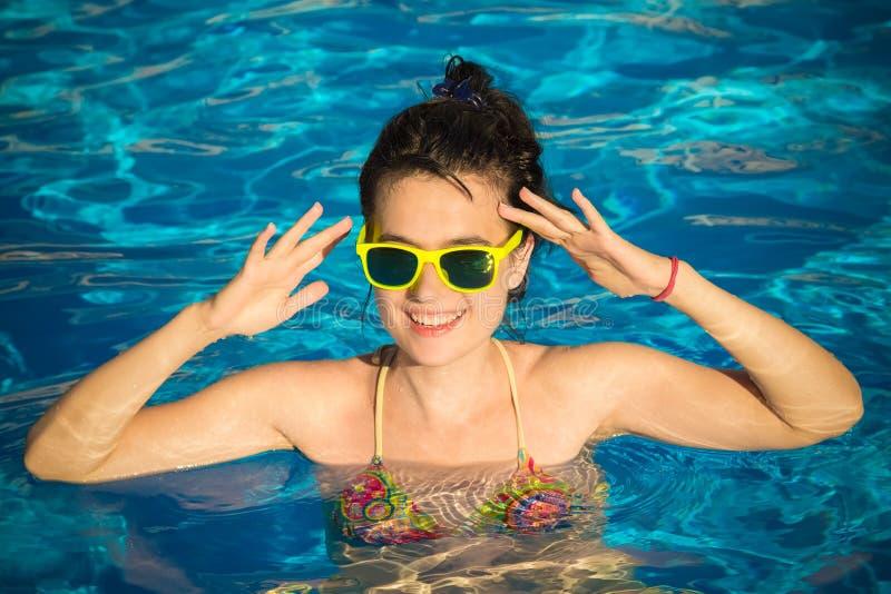 Портрет молодой женщины в бассейне стоковая фотография rf