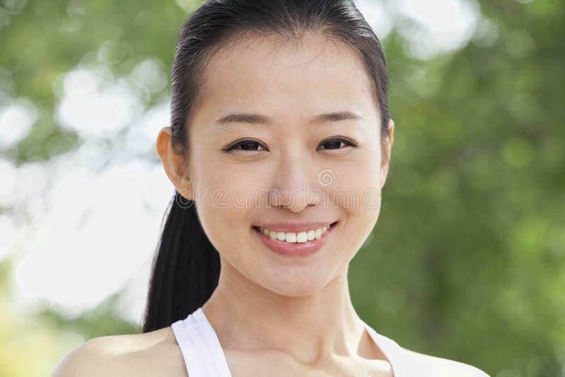 Портрет молодой женщины в парке стоковые изображения rf