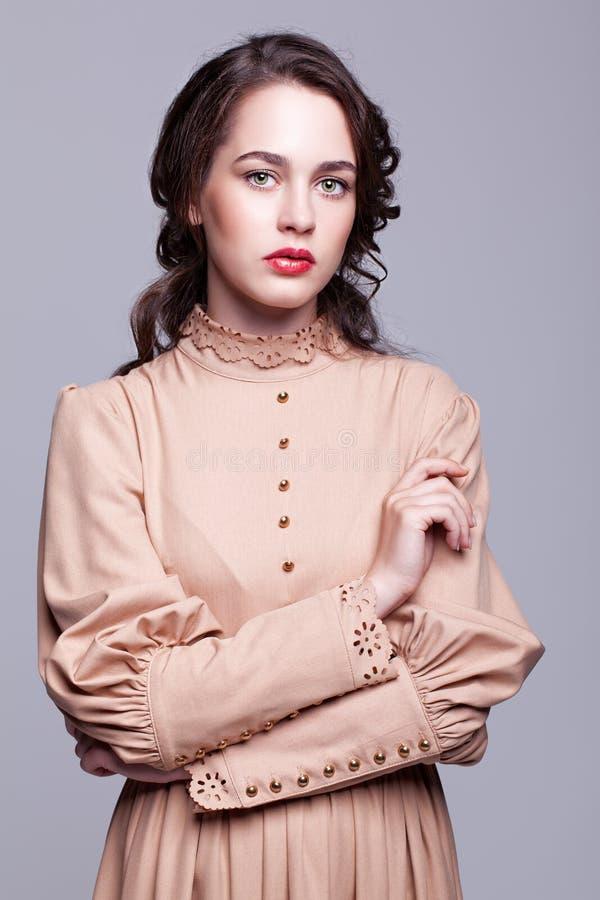Портрет молодой женщины в ретро платье стоковые фотографии rf