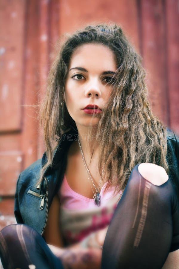 Портрет молодой женщины в сорванных чулках стоковое фото rf