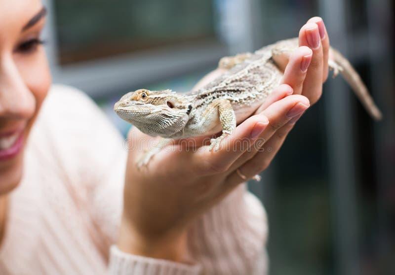 Портрет молодой женщины держа ящерицу стоковое фото rf
