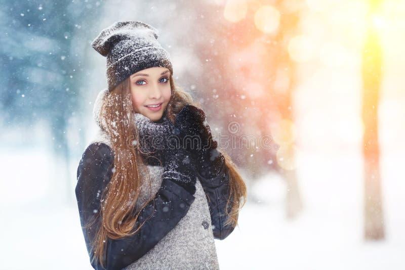 Портрет молодой женщины зимы Девушка красоты радостная модельная смеясь над и имея потехой в парке зимы Красивейшая молодая женщи стоковое фото rf