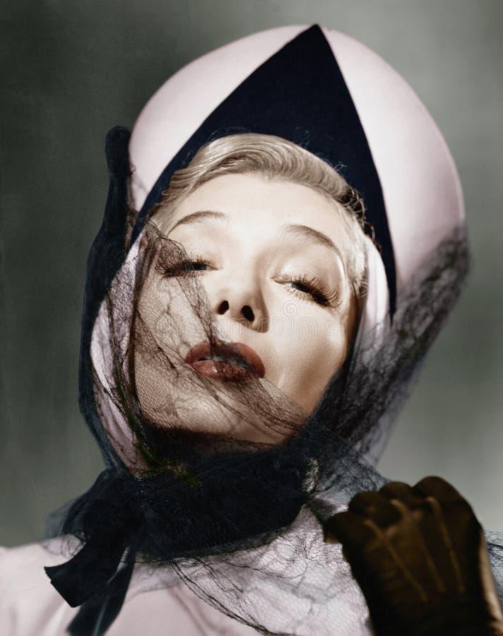 Портрет молодой женщины нося шляпу и вуаль (все показанные люди более длинные живущие и никакое имущество не существует Война пос стоковая фотография rf