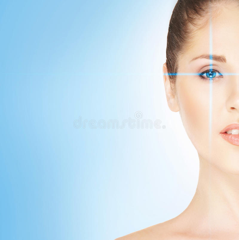 Портрет молодой женщины с лазером на ее глазе стоковая фотография
