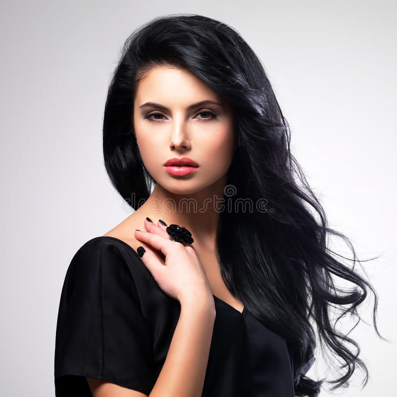 Портрет молодой женщины с длинными волосами стоковые изображения rf