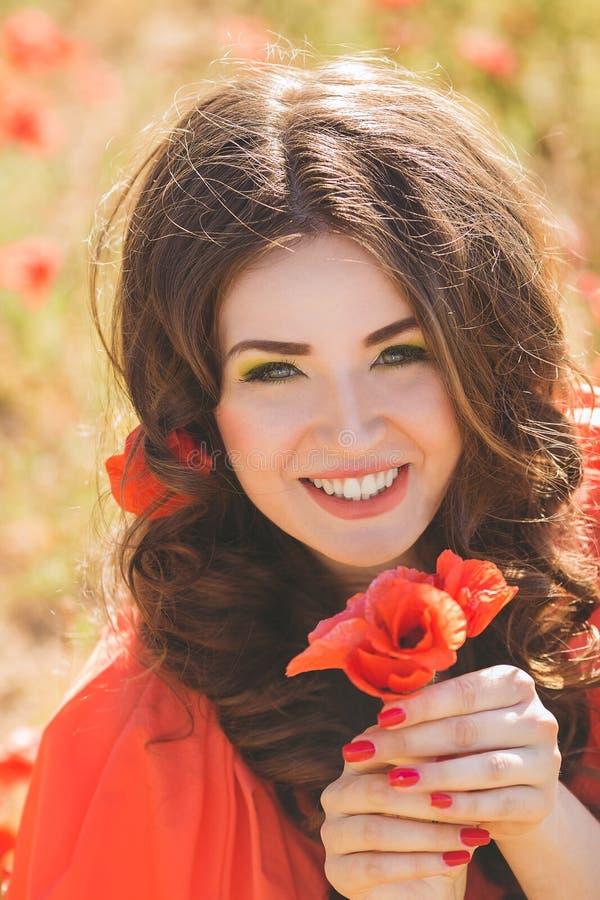 Портрет молодой женщины с красивыми темносиними глазами в парке лета стоковая фотография rf