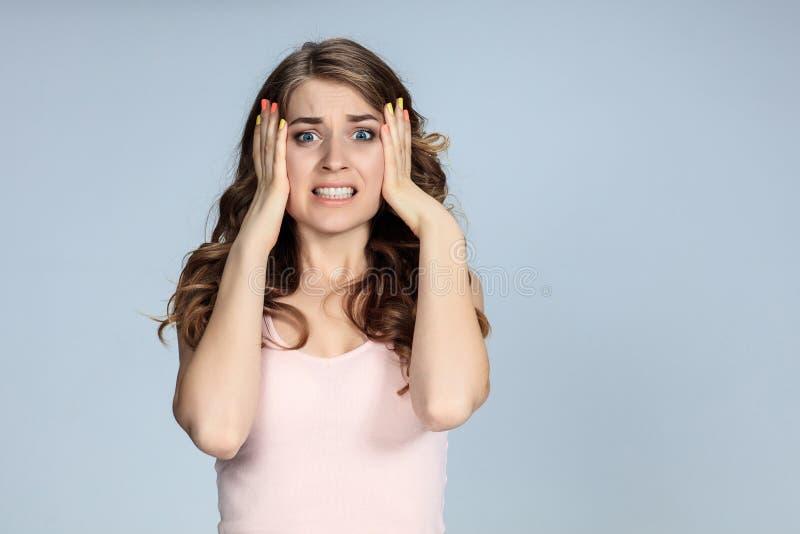 Портрет молодой женщины с сотрясенным выражением лица стоковое фото rf
