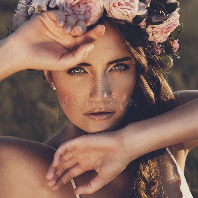 Портрет молодой женщины с circlet цветков на голове стоковое изображение