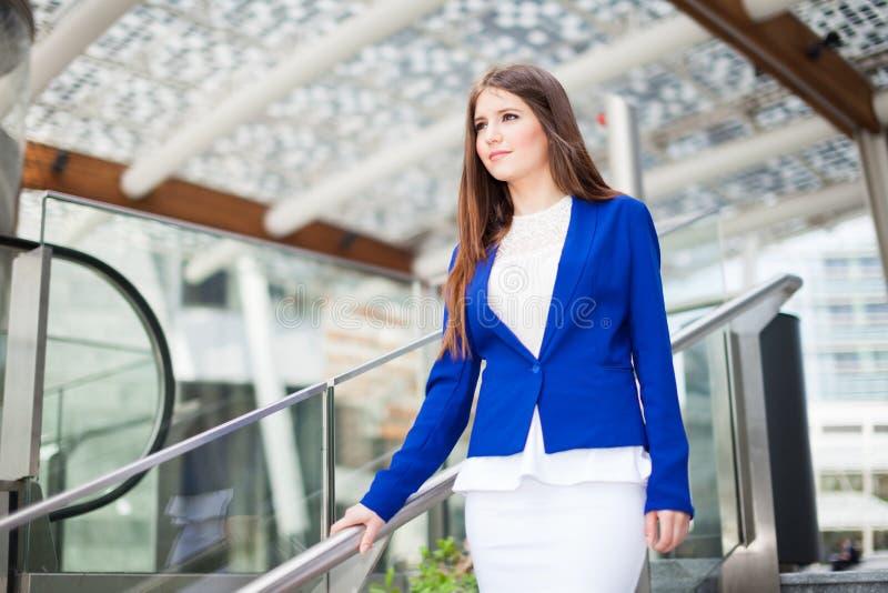 Download Портрет молодой женщины стоковое фото. изображение насчитывающей дело - 37929716