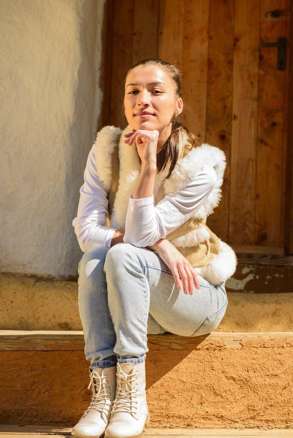 Download Портрет молодой женщины стоковое изображение. изображение насчитывающей красивейшее - 40579471