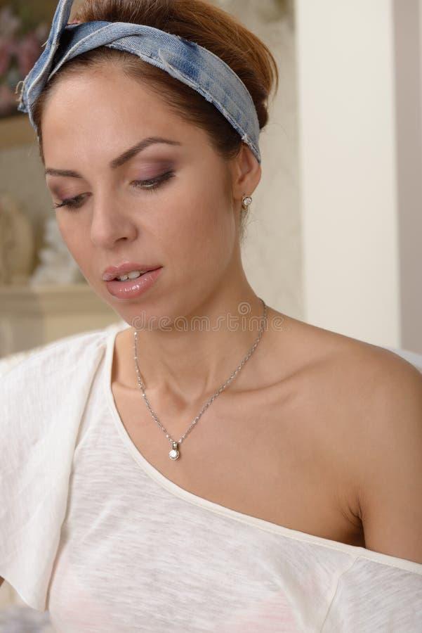Download Портрет молодой женщины стоковое фото. изображение насчитывающей женщина - 41651432