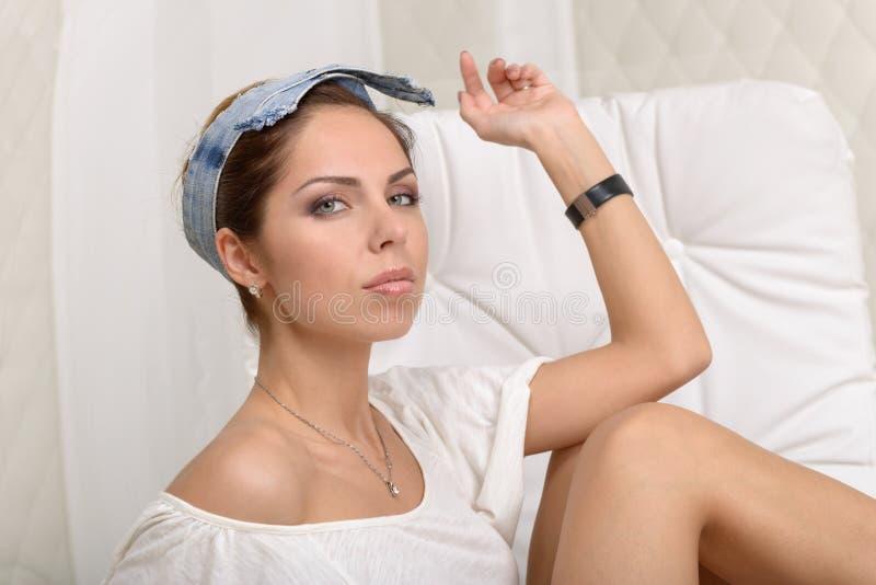 Download Портрет молодой женщины стоковое фото. изображение насчитывающей jewelry - 41652026
