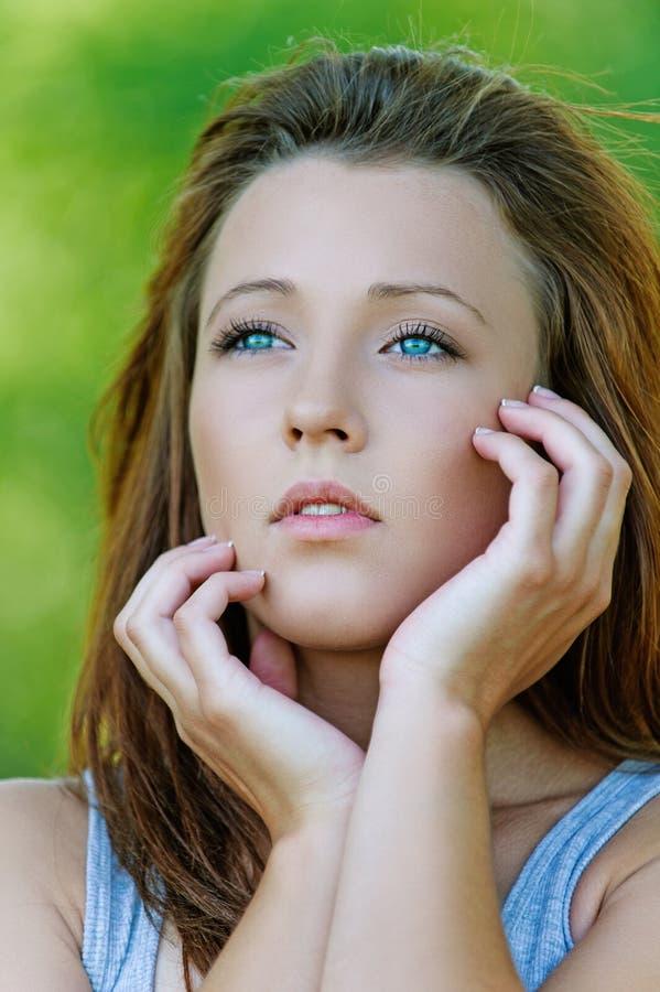 Download Портрет молодой задумчивой девушки Стоковое Фото - изображение насчитывающей затишье, задумчиво: 33729332