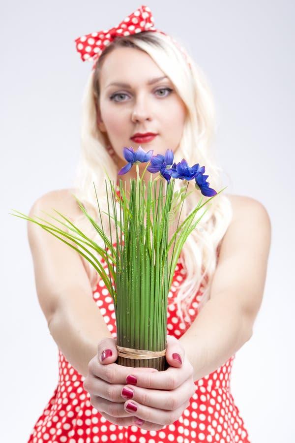 Портрет молодой кавказской белокурой женщины показывая пук нежного стоковые фото